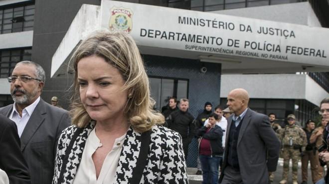 Gleisi deixa a Polícia Federal em Curitiba após visita a Lula no dia 17 de abril: para ela, Lava Jato e Moro têm 'responsabilidade objetiva' no ataque contra o acampamento. | Marcelo Andrade/Gazeta do Povo