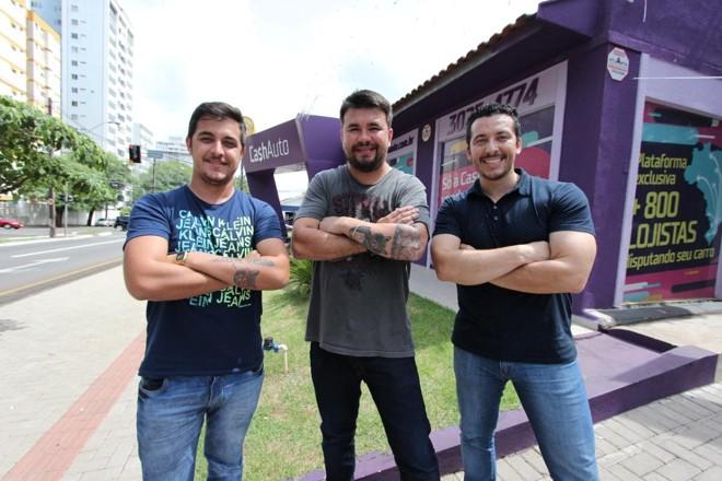 Os sócios Alison Vilas Boas, Ycaro Martins com o parceiro na loja de Curitiba, Bruno Placidino | Cash AutoDivulgação