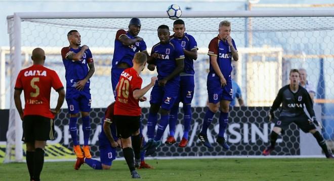 Marlone cobra falta para marcar segundo do Sport | Jonathan Campos/Gazeta do Povo