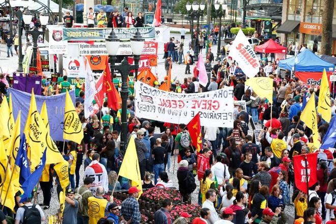 Manifestantes protestam contra a reforma trabalhista na rua XV de Novembro, em Curitiba. | Aniele Nascimento/ Gazeta do Povo/Arquivo