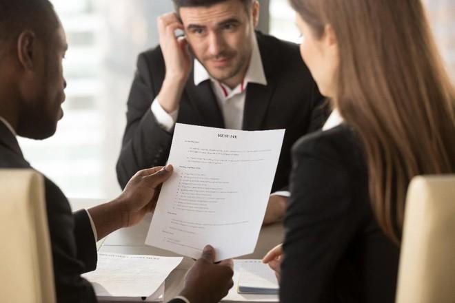 Os recrutadores e gestores de recursos humanos são unânimes em dizer que existe sim uma diferença entre quem foi demitido por desempenho e quem perdeu um emprego por uma situação conjuntural da empresa.   Bigstock