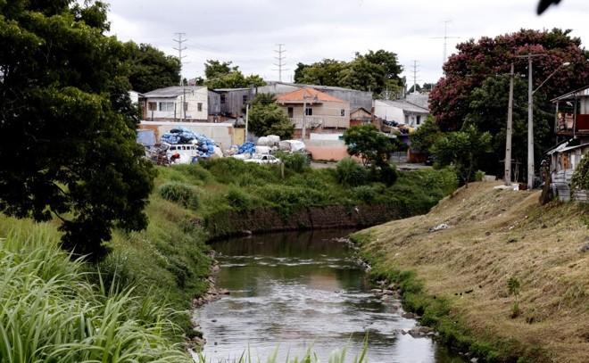 Quantidade de ligações irregulares de esgoto na cidade ainda gera poluição nos rios | Pedro Serapio/Gazeta do Povo/Arquivo