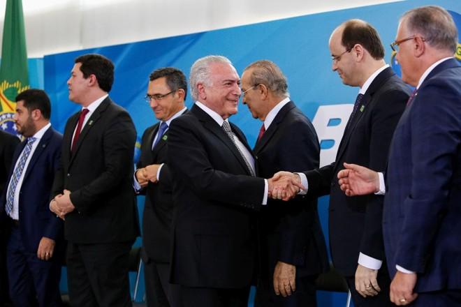 Presidente Michel Temer cumprimenta ministros que tomaram posse em abril de 2018   Alan Santos PR