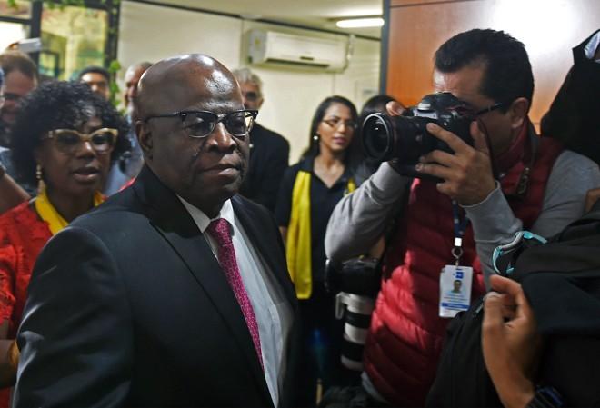 Joaquim Barbosa na chegada à sua apresentação oficial no PSB: ele virou o centro das atenções, mas parece não estar com pressa de definri se será candidato | Evaristo Sá/AFP