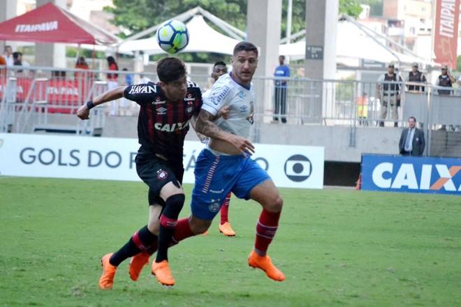 Matheu Rossetto disputa a bola com Zé Rafael do Bahia. | Romildo de Jesus/Futura Press / Estadão Conteúdo