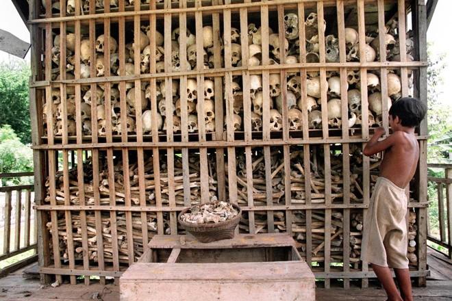 Fotografia de 1995 mostra os restos mortais de algumas vítimas do Khmer Vermelho em um memorial no noroeste do Camboja | DOUG NIVENAFP