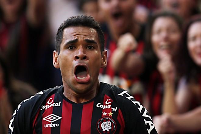 Ederson  comemora o gol do título: não deve ficar no Atlético-PR | /Albari Rosa/Gazeta do Povo