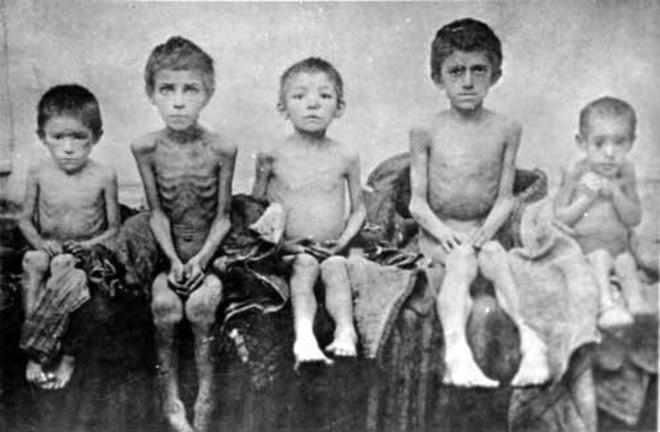 Crianças durante a grande fome na Ucrânia, no início da década de 1930 | Wikipedia/Reprodução