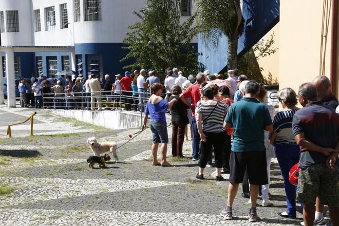 Na Unidae Ou vidor Pardinho, cerca de 100 pessoas formaram fila para receber a vacina na manhã desta segunda-feira.   Aniele Nascimento/Gazeta do Povo