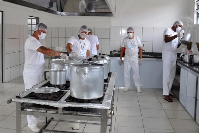 Recuperandos trabalham na cozinha da Apac deSão João del-Rei (MG). Modelo de presídio não tem guardas. | Divulgação/CNJ
