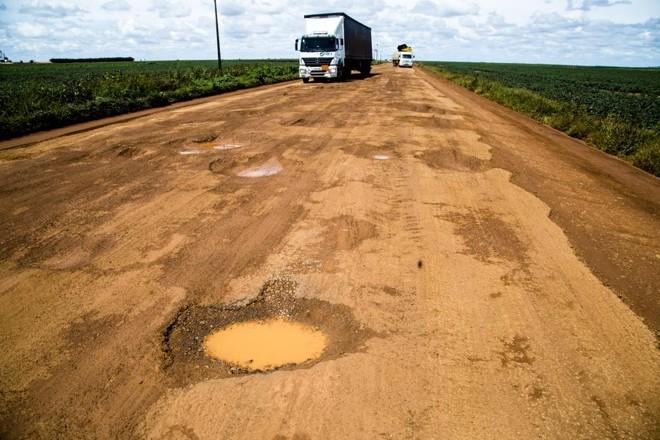 BR-020, na região de Brasília. Número de rodovias com pavimentação no Brasil é mais que 17 vezes menor em relação aos norte-americanos. | Lineu Filho/Gazeta do Povo