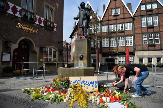 Pessoas deixam flores no local da cidade de Münster, onde ocorreu o incidente | MICHAEL GOTTSCHALK/AFP