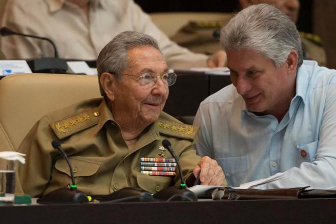 Raúl Castro (à esquerda) e Díaz-Canel (à direita), que recebeu 603 dos 604 votos possíveis na sessão | ISMAEL FRANCISCO/AFP