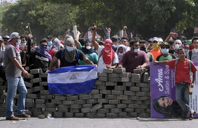 Manifestantes contra o governo de Daniel Ortega montam barricada.   Inti Ocon/AFP