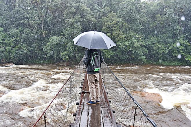 A ponte que leva os estudantes de Guaratuba (PR) até a escola em Garuva (SC): péssimas condições | Albari Rosa/Gazeta do Povo