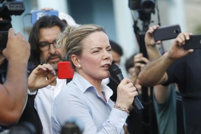 Senadora Gleisi Hoffmann discursou para os manifestantes pró-Lula no fim da tarde deste sábado | Daniel CaronGazeta do Povo