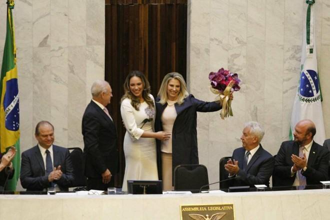 Durante a posse como governadora, Cida Borghetti recebeu flores da filha Maria Victoria, que é deputada estadual. | Daniel Caron/Gazeta do Povo