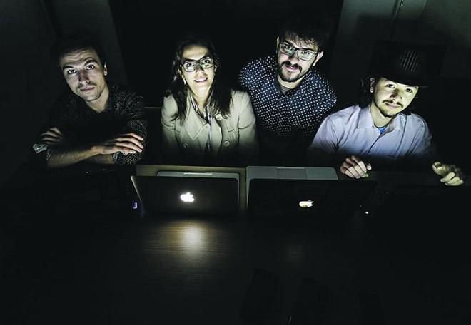 Da esquerda para direita, Daniel Koleski (designer),  Fabíola Paes (especialista em varejo),  João de Souza (desenvolvedor mobile) e Carlos Balsalobre (desenvolvedor web):  pesquisa sobre o Varejo 4.0, que conecta a loja física com o e-commerce, foi pontapé para o negócio da Neomode. | Daniel Castellano/Arquivo Gazeta do Povo