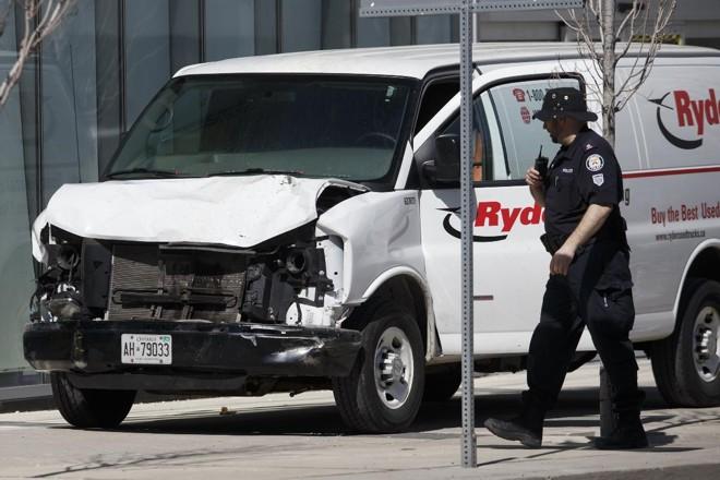 Van que atropelou pessoas em uma das vias principais de Toronto, Canadá | Cole BurstonAFP