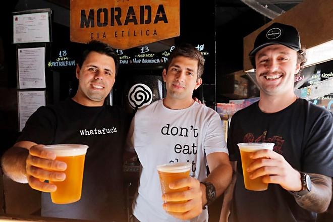 Daniel Mocellin (na dir) e Guilherme Requião  (na esq) estão contando com o apoio de Paulo Ferrato para fazer a Whatafuck Hamburgueria crescer nos próximos dois anos.   Albari Rosa/Gazeta do Povo