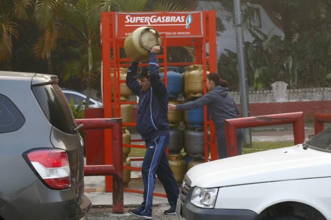 Consumidor leva botijão de gás para casa logo cedo na manhã desta terça-feira no bairro Jardim das Américas. | Aniele Nascimento/Gazeta do Povo