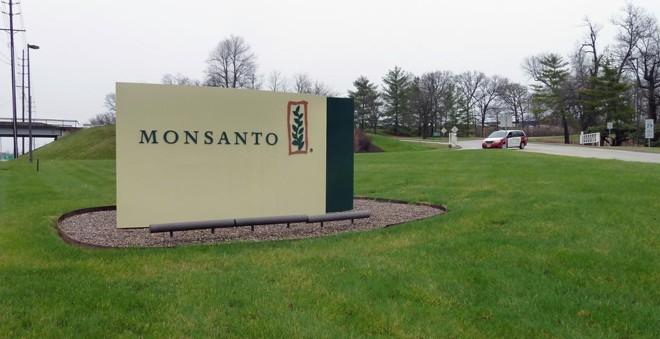Monsanto irá, em breve, pertencer à Bayer, após uma das maiores fusões da história empresarial | JULIETTE MICHEL/AFP