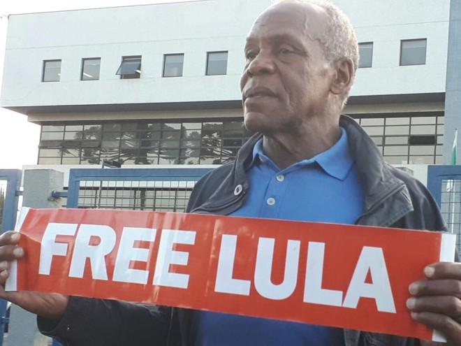 Ator Danny Glover visitou Lula na prisão nesta quinta-feira (31), em Curitiba. | Kelli Kadanus/Gazeta do Povo