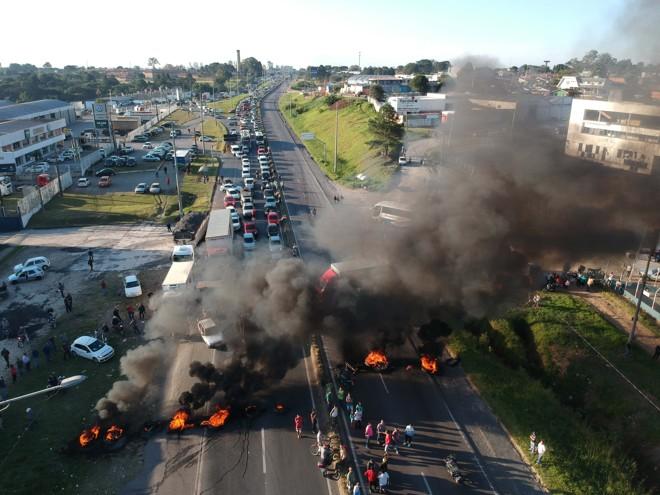 Protesto interditou trecho da BR-476, a Linha Verde, em Curitiba, nesta quarta-feira (23): caminhoneiros queimaram pneus e bloquearam as duas pistas da via. | Franklin de Freitas/Estadão Conteúdo