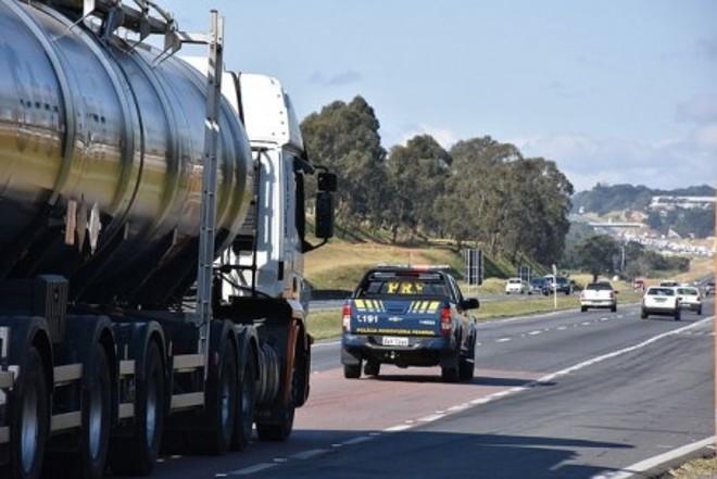 Na quinta-feira, a PRF precisou fazer outra escolta de combustível de aviação para o aeroporto | Reprodução/PRF