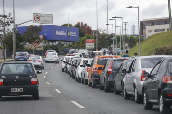 Motoristas ficaram horas esperando para abastecer nos poucos postos do país que conseguiram receber algum combustível. | Jonathan Campos/Gazeta do Povo