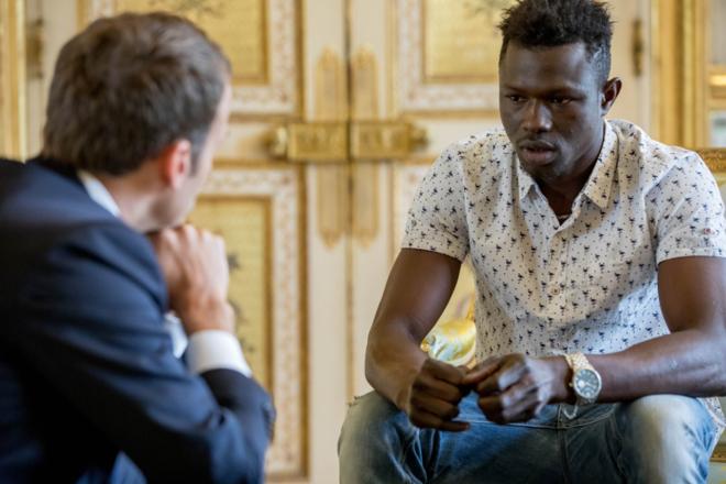 Mamoudou Gassama se encontra com o presidente francês, Emmanuel Macron | Reprodução/ Twitter