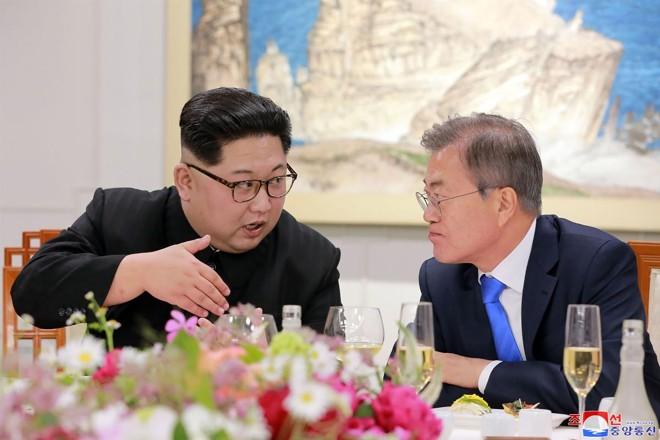A Agência Coreana de Notícias da Coreia (KCNA) mostra o líder da Coréia do Norte Kim Jong Un (à esquerda) e o presidente da Coreia do Sul, Moon Jae-in (à direita) conversando durante o jantar oficial no final de sua cúpula histórica em Panmunjom. | STRAFP