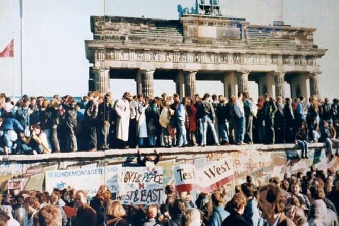 Alemães no Muro de Berlim dias antes de sua demolição.  