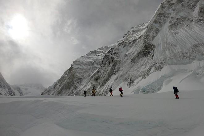 Montanhistas caminham próximo a um acampamento no Monte Everest, enquanto escalam pelo lado nepalense da montanha | PHUNJO LAMAAFP