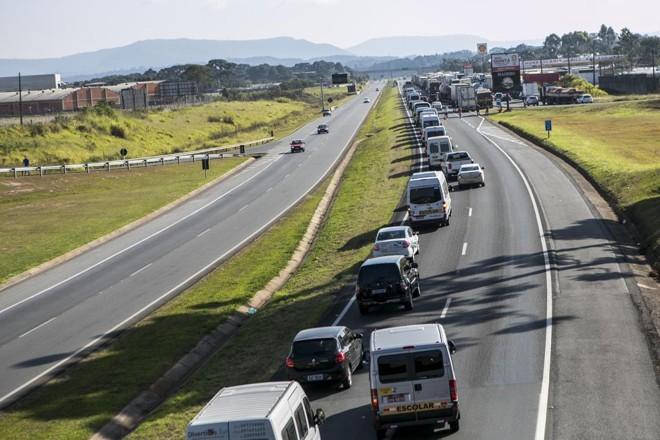 Pista da BR-277 bloqueada no sentido Ponta Grossa na quarta-feira (23) devido à greve dos caminhoneiros. | Marcelo Andrade/Gazeta do Povo