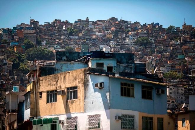 Houve redução da pobreza no Brasil, mas a estagnação econômica do país, que culminou na crise entre 2014 e 2016, reverteu parte dos ganhos registrados em anos anteriores | MAURO PIMENTEL/AFP