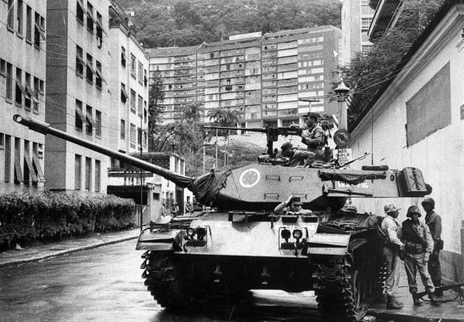 Rio de Janeiro, dia do golpe (31/3/64): tanque para em frente à casa do presidente deposto João Goulart. | Fotos:Arquivo/Estadão Conteúdo