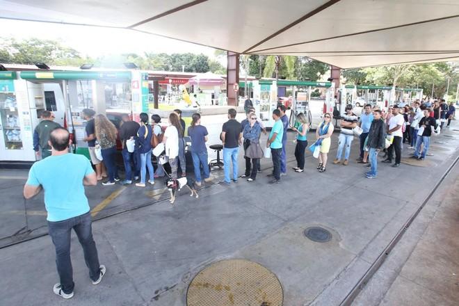A situação é tão crítica que até fila de pedestres para comprar gasolina em galões já são registradas nos poucos postos que ainda têm o combustível em Brasília. | André Dusek/ Estadão Conteúdo