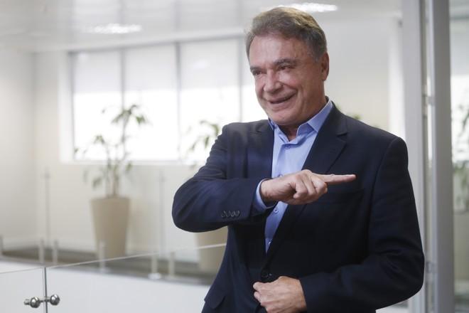 """Alvaro Dias, pré-candidato pelo Podemos: vitória nas eleições foi """"prevista"""" por vidente que anteviu acidente com Chapecoense.   Felipe Rosa/Tribuna do Paraná"""