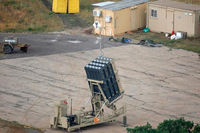 O sistema de defesa israelense Iron Dome (Domo de Ferro), projetado para interceptar e destruir foguetes de curto alcance e projéteis de artilharia, perto da fronteira síria nas colinas de Golã, em 9 de maio de 2018. | JALAA MAREY/AFP