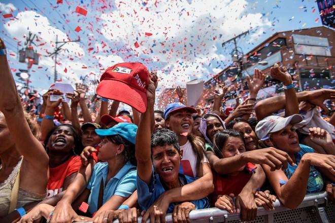 Apoiadores do presidente venezuelano Nicolas Maduro durante comício | JUAN BARRETOAFP