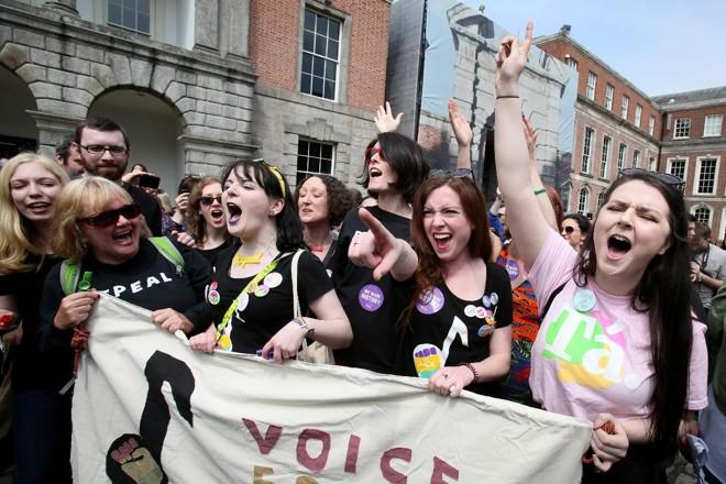 Ativistas pró-aborto celebram enquanto esperam pelo resultado oficial do referendo sobre a lei do aborto na Irlanda | PAUL FAITH\AFP