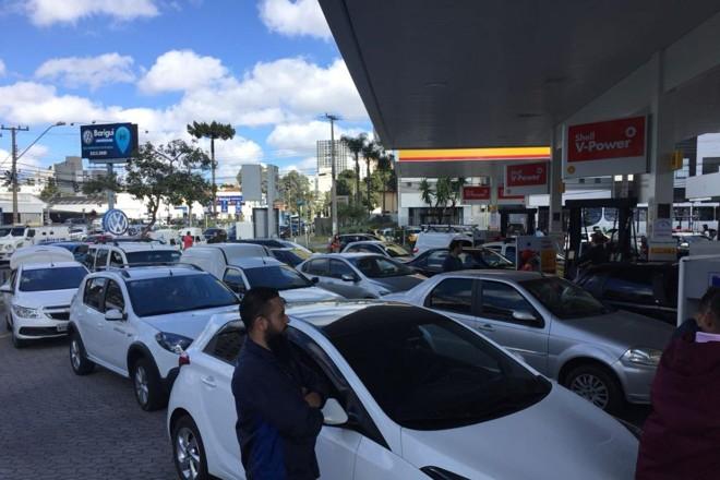Fila para abastecer em posto de gasolina no Cabral. | Felipe Rosa/ Tribuna do Paraná