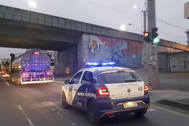 Caminhão-tanque é escoltado pela Guarda Municipal da Repar até as garagens dos ônibus. | Guarda Municipal de Cjuritiba/