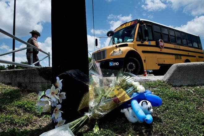 Ônibus com estudantes chega à escola Santa Fe, no Texas, um dia depois de um tiroteio que matou dez pessoas e feriu outras dez | BRENDAN SMIALOWSKIAFP