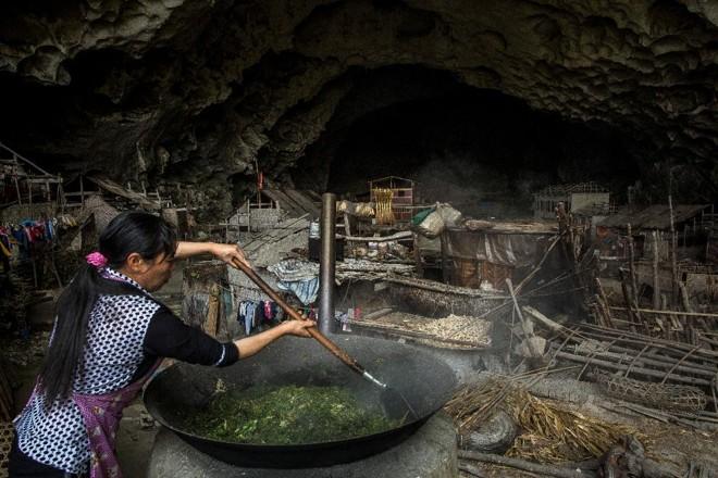 Mulher prepara alimentos para gado na caverna Zhong, na China | BRYAN DENTON/NYT
