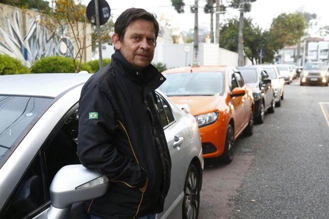 Motorista de aplicativos Andreas Kritikos estava há 24h na fila do posto no Bom Retiro. | Aniele Nascimento/Gazeta do Povo