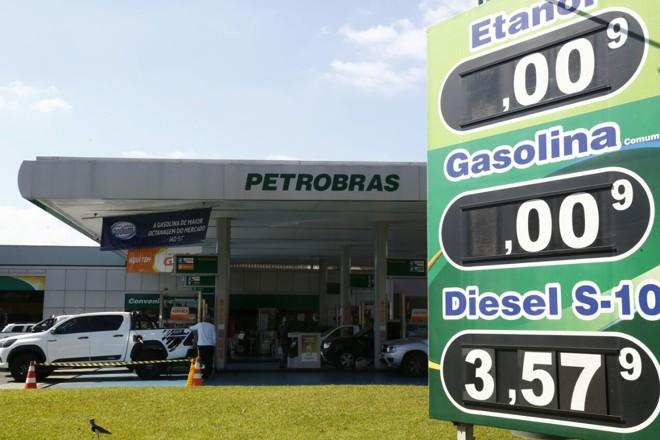 Posto no Alto da XV até tirou da fachada os preços do etanol e gasolina por não ter mais combustíveis nos tanques.   Aniele Nascimento/Gazeta do Povo