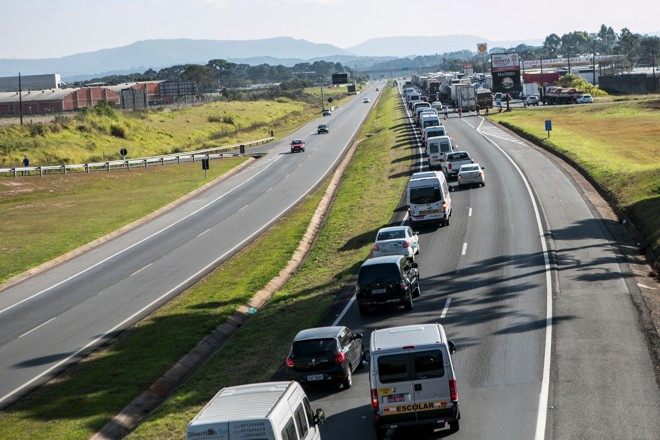 Greve dos caminhoneiros congestiona as estradas e ameaça o Brasileirão. | /