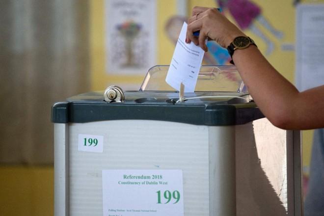 Uma eleitora vota durante o referendo irlandês sobre a legislação do aborto, em Dublin, em 25 de maio de 2018 | BARRY CRONINAFP